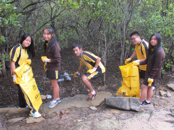 School students at Clean Up Australia Day event